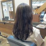 ハガ、母の髪を切る。